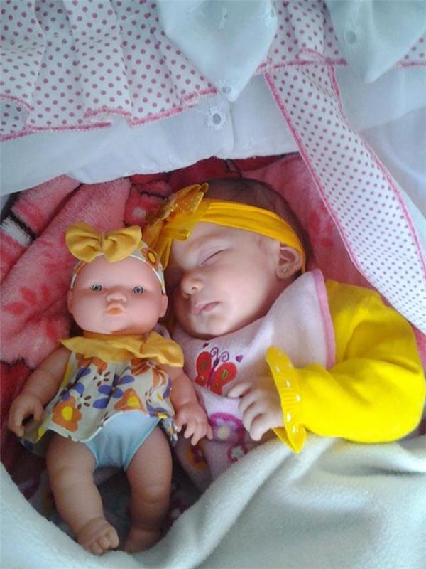 """Hai """"chị em"""" ôm nhau ngủ trông hòa thuận, ấm áp quá đi mất."""