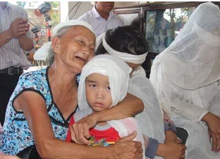 Người bà hơn 80 tuổi ôm đứa cháu vào lòng gào khóc khiến nhiều người không kìm được nước mắt. Ảnh: Internet