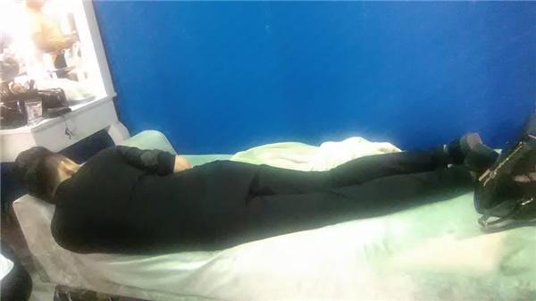 """Hình ảnh về dáng ngủ """"bá đạo"""" của Trấn Thành được lan truyền với """"tốc độ chóng mặt"""" trên mạng xã hội. - Tin sao Viet - Tin tuc sao Viet - Scandal sao Viet - Tin tuc cua Sao - Tin cua Sao"""