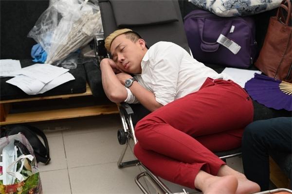 Với lịch làm việc dày đặc và chạy show liên tục đã khiến Trấn Thành thường xuyên rơi vào trạng thái kiệt sức, dẫn đến việc anh bị thiếu ngủ trầm trọng. - Tin sao Viet - Tin tuc sao Viet - Scandal sao Viet - Tin tuc cua Sao - Tin cua Sao