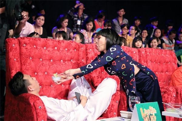 """Trong bức ảnh này, khi nhận thấy Trấn Thành ngủ say và mở to miệng, Việt Hương đã có hành động hài hước từng khiến người hâm mộ """"cười té ghế"""". - Tin sao Viet - Tin tuc sao Viet - Scandal sao Viet - Tin tuc cua Sao - Tin cua Sao"""