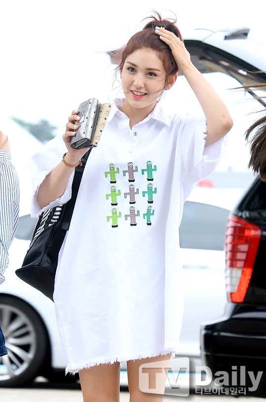 Nhan sắc Kpop thế hệ mới I.O.I gây sốt tại sân bay