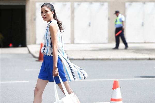 Quần short ống rộng với tông màu xanh mát đặc trưng của mùa hạ được chọn kết hợp cùng dáng áo không tay bất đối xứng trẻ trung, năng động.