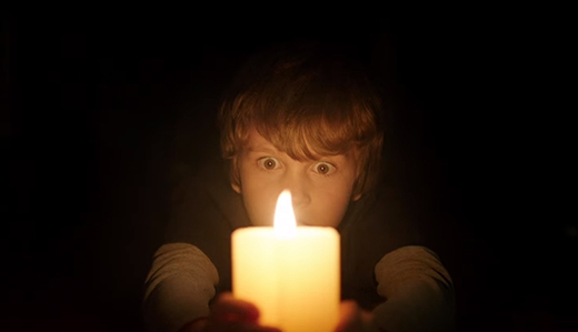 Phân đoạn cậu bé Martin cầm một ngọn nến độc nhất trong màn đêm được quay thủ côngcũng đủ khiến khán giả rợn cả người.