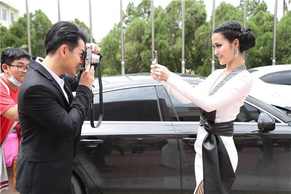 Đông Nhi cũng lấy điện thoại chụp ngược lại bạn trai. - Tin sao Viet - Tin tuc sao Viet - Scandal sao Viet - Tin tuc cua Sao - Tin cua Sao
