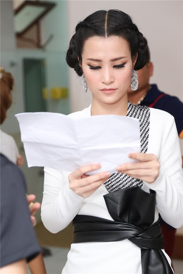 Nữ huấn luyện viên đọc lại kịch bản chương trình. - Tin sao Viet - Tin tuc sao Viet - Scandal sao Viet - Tin tuc cua Sao - Tin cua Sao