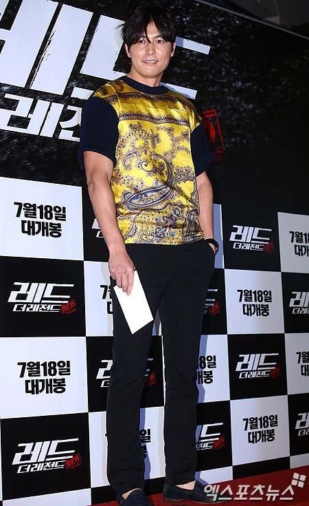 Không ngờ tài tử Jung Woo Sung nổi tiếng với phong cách lịch lãm, nam tính cũng có những khoảnh khắc mắc lỗi thời trang nghiêm trọng đến như vậy.