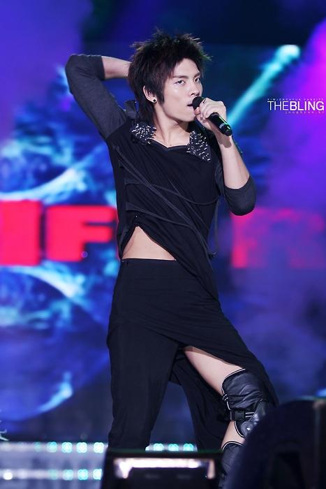 Jonghyun (SHINee) cũng từng là nạn nhân khốn khổ bị stylist dìm hàng trên sân khấu.