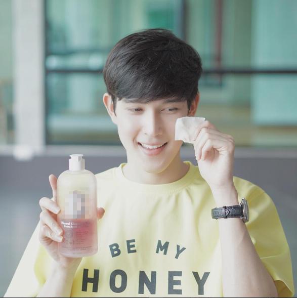 """Nattapong Chinsoponsap(hay còn gọi là Both) là một cái tên không chỉ nổi tiếng ở Chulalongkorn mà còn khắp châu Á.Anh chàng là một hot blogger nổi tiếng trên mạng xã hội. Sở hữu làn da trắng mịn màng, khuôn mặt thanh tú, anh chàng được mệnh danh là """"hot boy đẹp hơn hoa""""."""