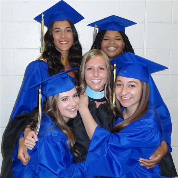Cô giáo Brittni (chính giữa). (Nguồn FBNV)