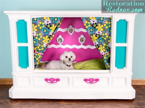 """""""Cái giường này nè, êm thì có êm đó, mà tấm rèm hoa hòe nhìn thật 'chướng mắt' mà"""".(Ảnh Internet)"""