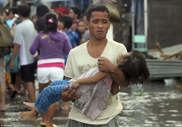 Người cha đau đớn bế con gái đã chết của mìnhởthành phố Tacloban, tỉnh Leyte, Philippines.Vào năm 2013, siêu bão Haiyan đổ bộ vào Philippines và bắt đầu càn quét toàn bộ khu vực miền Trung nước này. Thống kê cho biết,hơn5.000 người đã thiệt mạng do cơn bão lịch sử Haiyan này, trong đó một nửa là trẻ em.