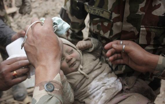 """Bé trai 4 tháng tuổi được giải cứu sau 22 giờ bị chôn vùi vì động đất.Vào năm 2015, trận động đất kép ở Nepal đã khiến hơn 8.500 người thiệt mạng, còn những người may mắn sống sót lạirơi vào cảnh """"màn trời chiếu đất""""."""
