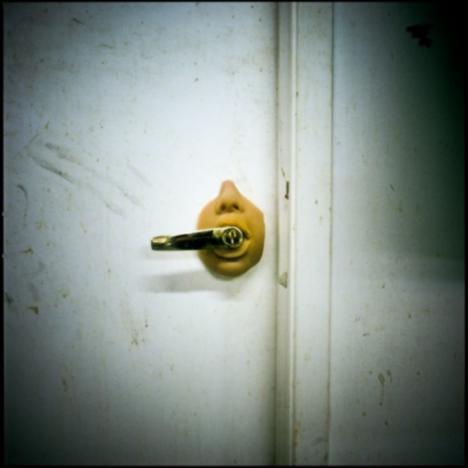 Vẫn có người can đảm thiết kế nắm cửa như thế này.