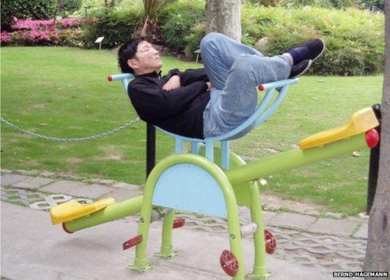 Người ta cấm nằm trên ghế đá công viên thì anh nằm đây vậy.