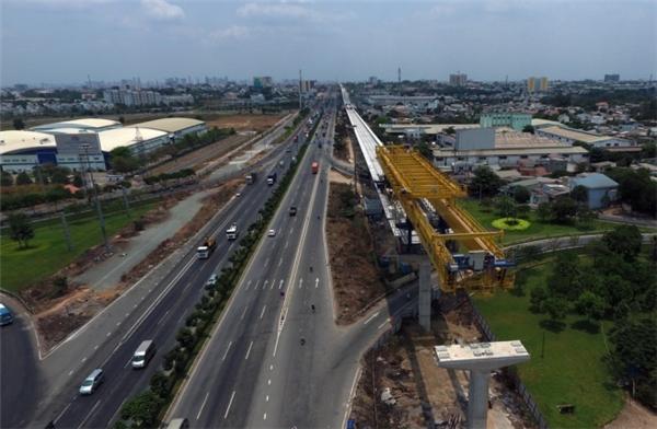 Tuyến metro số 1 (Bến Thành - Suối Tiên) dài 19,7km với tổng vốn đầu tư hơn 2,49 tỉ USD được chia thành nhiều đoạn để thi công. Hình hài tuyến metro đầu tiên của TP HCM đang hiện rõ từng ngày.
