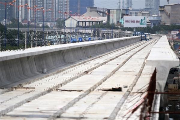 Trong ảnh là tuyến đường trên cao thuộc dự án Metro số 1, đoạn qua ngã tư Bình Thái đã hoàn thành lắp dầm cầu.