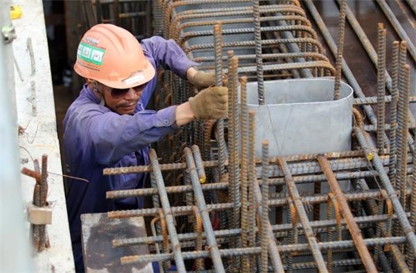 Tại nhà ga gần ngã 4 Bình Thái, các công nhân tất bật thi công các hạng mục từ đổ bêtông đến hệ thống điện.