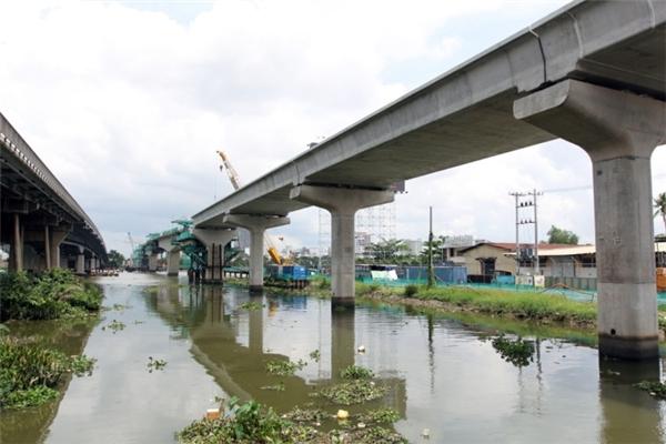 Cây cầu mới dành riêng cho tuyến Metro, chạy song song với cầu Sài Gòn đang dần thành hình.