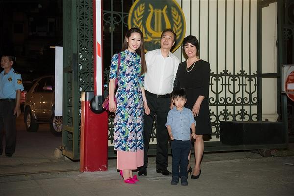 Do đây là lần hiếm hoi Việt Trung về thăm Việt Nam và tham gia biểu diễn nên cả gia đình Dương Thùy Linh đều có mặt để ủng hộ. Ngoài người đẹp thì còn có bố mẹ, con trai và em trai của Dương Thùy Linh.
