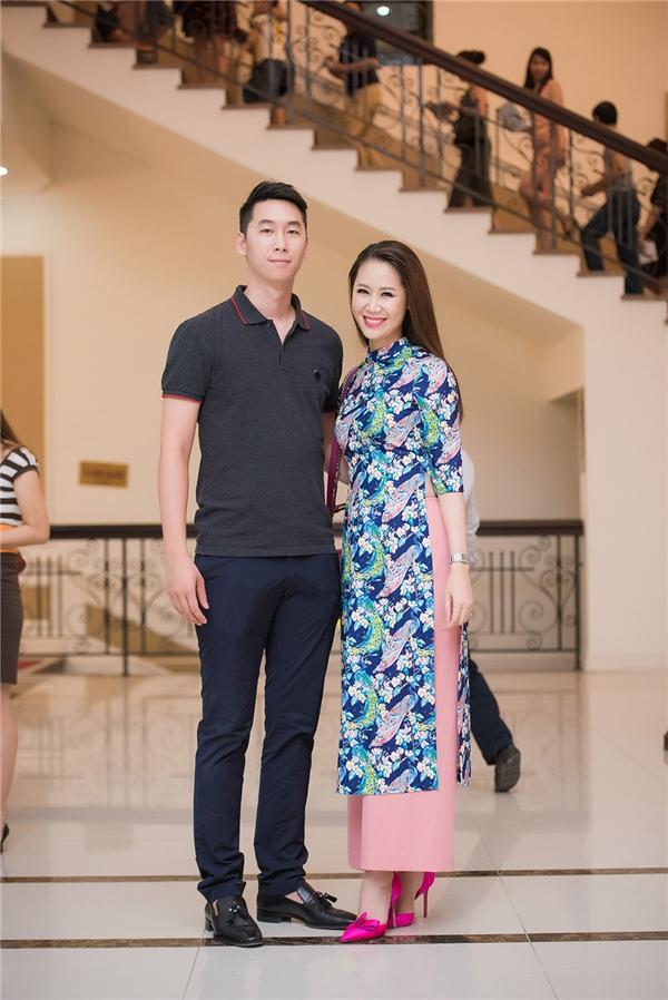 Dương Thùy Linh diện áo dài do Hoa hậu Ngọc Hân thiết kế, bên cạnh là em trai cô.
