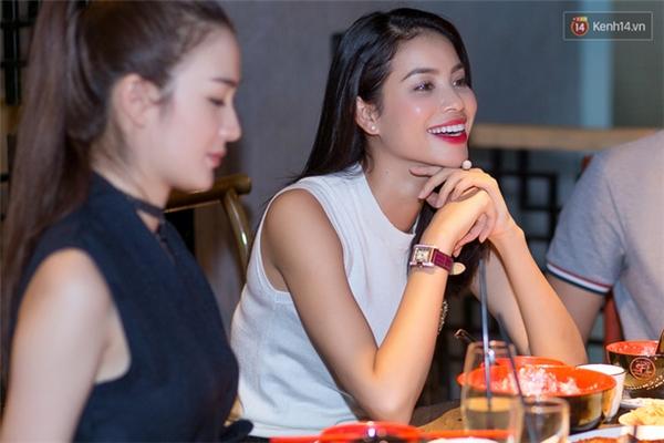 """Những hình ảnh chụp sắc nét dấy lên nghi ngờ buổi đi ăn chỉ là """"diễn sâu"""". (Ảnh: Trí Thức Trẻ). - Tin sao Viet - Tin tuc sao Viet - Scandal sao Viet - Tin tuc cua Sao - Tin cua Sao"""