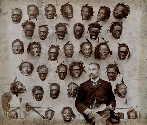 . Một vị tướng cùng bộ sưu tập sọ người của ông ta vào năm 1895.