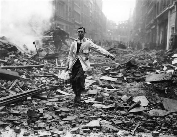 Một người giao sữa qua đống đổ nát trong năm 1940 ở London.