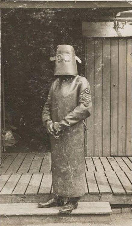Đây là bộ áo giáp dùng để bảo vệ con người trước tia X-quangđược phát triển vào năm 1918.