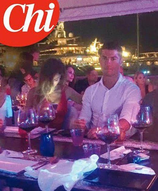 Một tạp chí ở Ý đã chộp được khoảnh khắc Ronaldo bên cạnh một côgái đẹp kháctrong thời gian nghỉ dưỡng tại Ibiza.