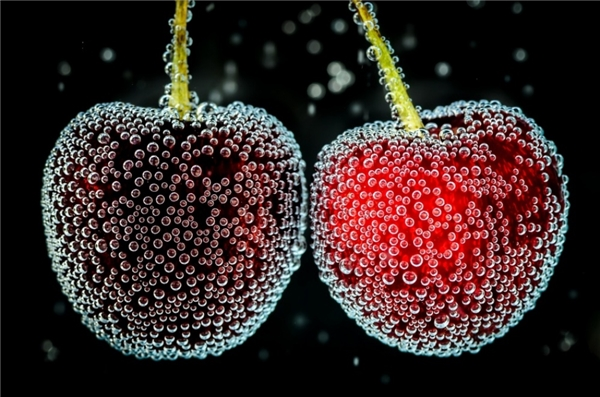 Những quả cherry ở dưới nước.