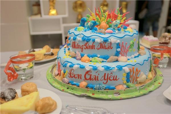 """May mắn làPeter Hiền không phải diễn quá lâu, chiếc bánh sinh nhật với dòng chữ """"Chúc Mừng Sinh Nhật Con Gái Yêu"""" cũng đã kịp đến nơi. Nàng hot girl 9x được """"thả"""" về trường quay để ăn sinh nhật."""