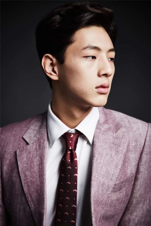 Ji Soo được biết đến như một nam diễn viên trẻ lứa 93 có ngoại hình cuốn hút và diễn xuất tốt. (Ảnh: Internet)