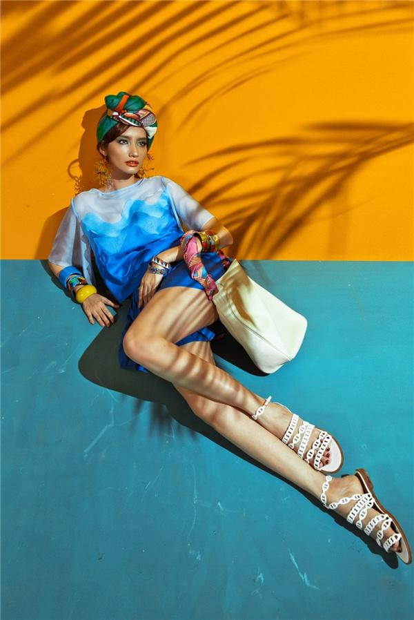 Sử dụng sắc xanh làm chủ đạo, Trúc Diễm mang đến hình ảnh quý cô hiện đại, trẻ trung trong thiết kế kết hợp áo dáng rộng cùng quần giả váy xếp li. Phần áo được xử lí kì công khi ghép nối từng mảng chất liệu với sắc độ màu tăng giảm tạo hiệu ứng loang màu.