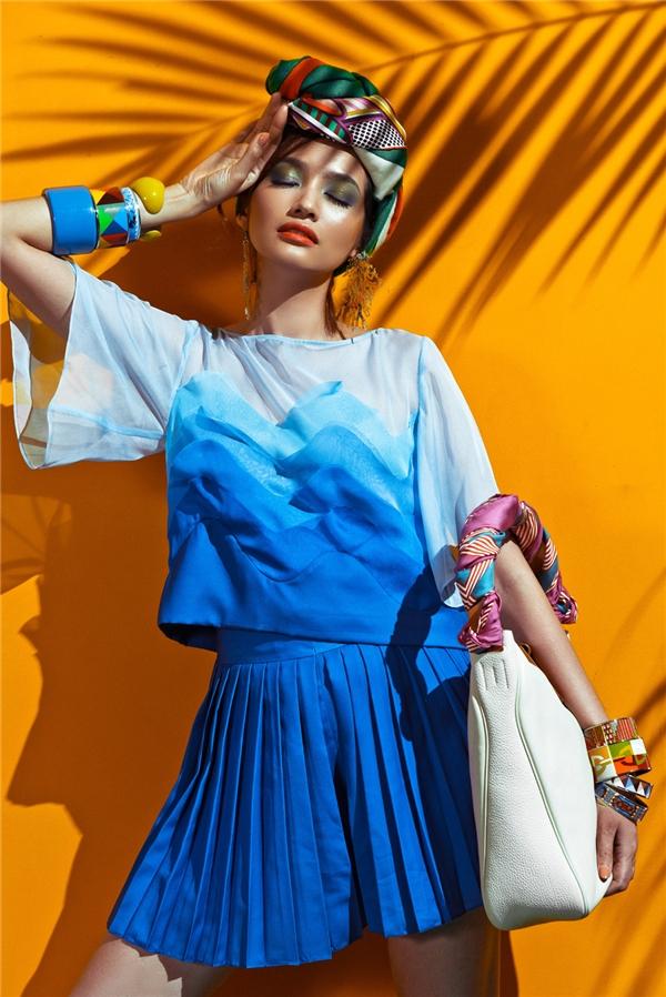 Kết hợp cùng trang phục là loạt phụ kiện như: vòng tay, khăn turban đầy màu sắc, họa tiết đậm âm hưởng thời trang Xuân - Hè của nhà mốt trứ danh Hermes.