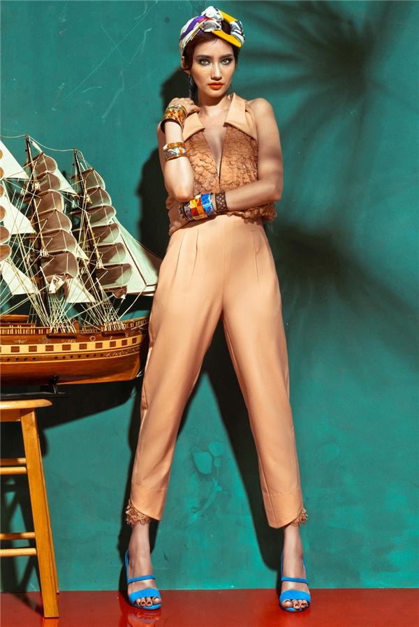 Màu của những miền cát biển được tái hiện trên dáng váy phom rộng cùng thiết kế jumpsuit thanh lịch, cổ điển. Không chỉ xử lí màu sắc, nhà thiết kế Xuân Lê còn tạo nên sự hòa hợp giữa nhiều chi tiết, chất liệu trên một tổng thể.