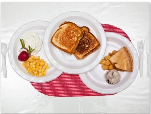 Stephen Anderson, 49 tuổi, bang Californiayêu cầu 2 miếng sandwich nướng phô mai, gần 1kg phô mai tươi, bắp trộn, bánh hồ đào, kem tươi với vụn sô-cô-lavà củ cải.