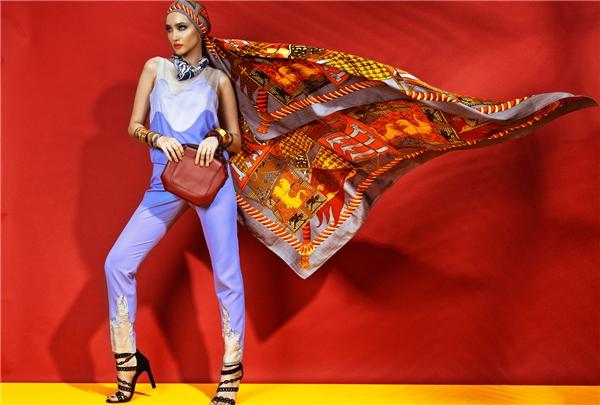 Sự kết hợp độc đáo giữa trang phục và phụ kiện gần như đối lập nhau về màu sắc: một ngọt ngào, một nóng bỏng, nổi loạn.