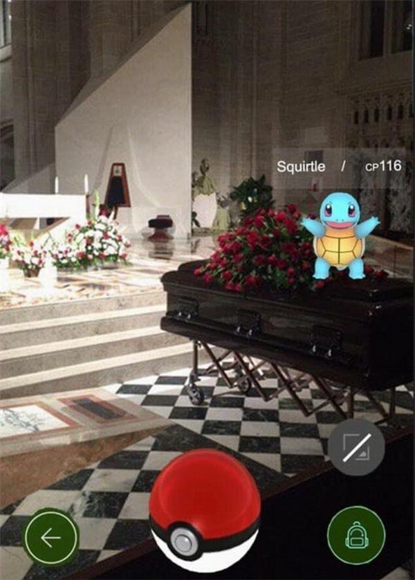 Vì quá nghiện trò chơi này mà một người đàn ông đã đi bắt Pokémon ngay tại một cỗ quan tài trong một đám tang của người thân mình.