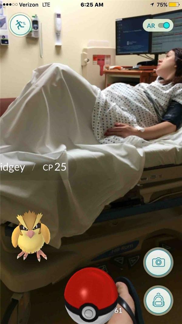 Một anh chàng thản nhiên bắt Pokémon ngay trên giường của cô vợ đang đau đớn gào thét vì sinh con. Có lẽ anh ấy sẽ đặt tên con là Pidgey chăng?