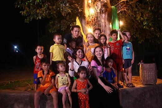 Đây có lẽ là lần đầu tiên các em được tổ chức một buổi vui chơi, nhảy múa dưới gốc đa làng quen thuộc.