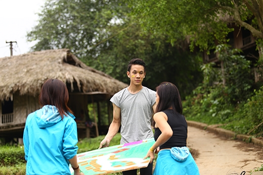 Bản đồ mớiđược mang đến đầu làng để thay cho bản đồ cũ.