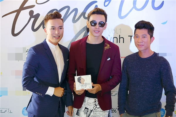 Đi cùng Lương Bằng Quang còn có nam ca sĩ Hoàng Kỳ Nam. Cả hai chụp ảnh lưu niệm cùng Huỳnh Tân.