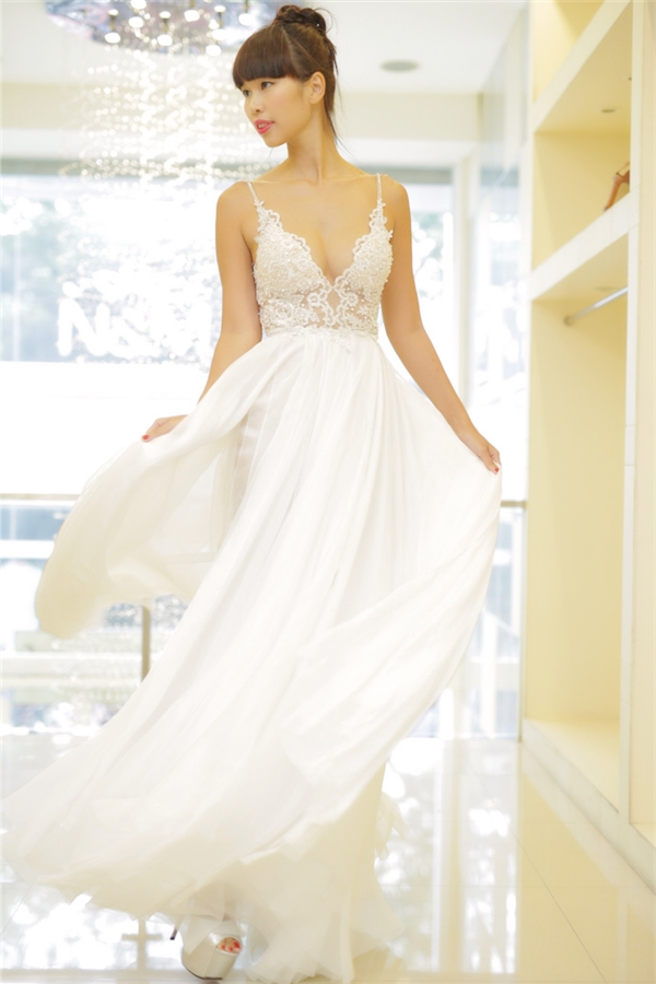 Hà Anh cho biết chiếc váy cưới được thiết kếphom dáng cúp ngực với phần trang trí đính đá Swarovski cao cấp vô cùng tỉ mỉ và sắc sảo dobathợ thủ công thực hiện hoàn toàn bằng tay trong vòng mộttháng. - Tin sao Viet - Tin tuc sao Viet - Scandal sao Viet - Tin tuc cua Sao - Tin cua Sao