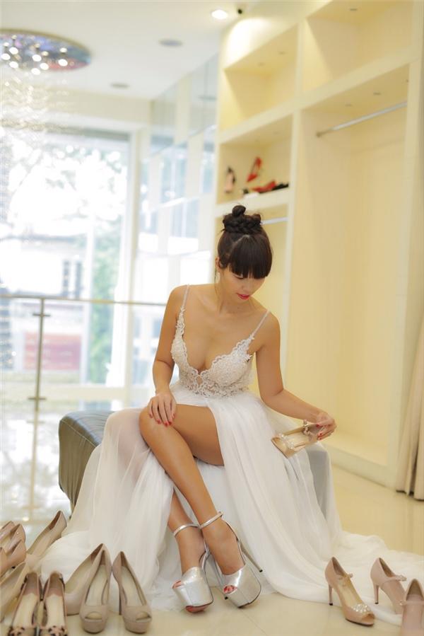 """Bên cạnh váy áo, đôi giày được Hà Anh""""chọn mặt gửi vàng"""" cũng sẽ giúpcô nàng siêu mẫu tôn dáng""""nóng bỏng"""". - Tin sao Viet - Tin tuc sao Viet - Scandal sao Viet - Tin tuc cua Sao - Tin cua Sao"""