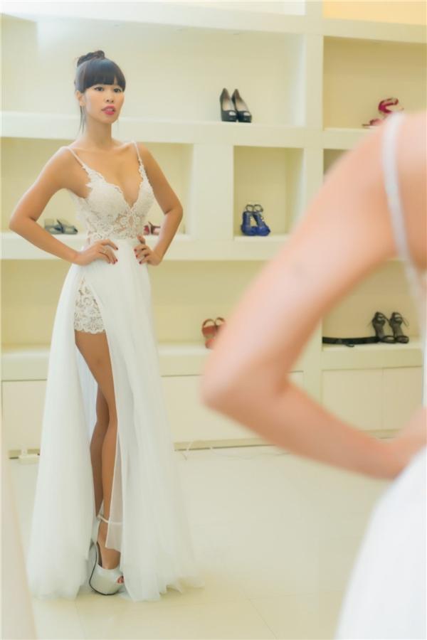 Đôi giày vớichiều cao khủng 17cm, với chi tiết đính kết vô cùng tinh xảo kết hợp hoàn hảo với phong cách thiết kế của váy cưới, hứa hẹn sẽ là điểm nhấn thú vị về trang phục trong ngày trọng đại của Hà Anh. - Tin sao Viet - Tin tuc sao Viet - Scandal sao Viet - Tin tuc cua Sao - Tin cua Sao