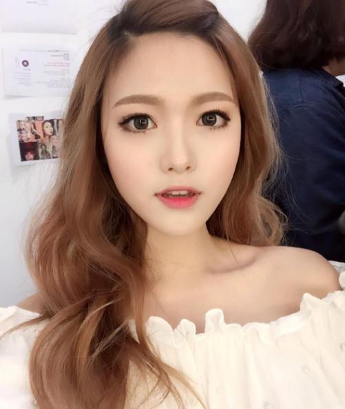 Sở hữu gương mặt đẹp tựa thiên thần và chiều cao 1m66, Geum Hee là một trong những ulzzang nổi tiếng nhất xứ củ sâm. Vốn có gương mặt búp bê đáng yêu nên Geum Hee rất trung thành với phong cách kẹo ngọt đáng yêu, kết hợp với đủ item màu mè. Cách diện đồ này trông cô nàng vô cùng trẻ con trong sáng.