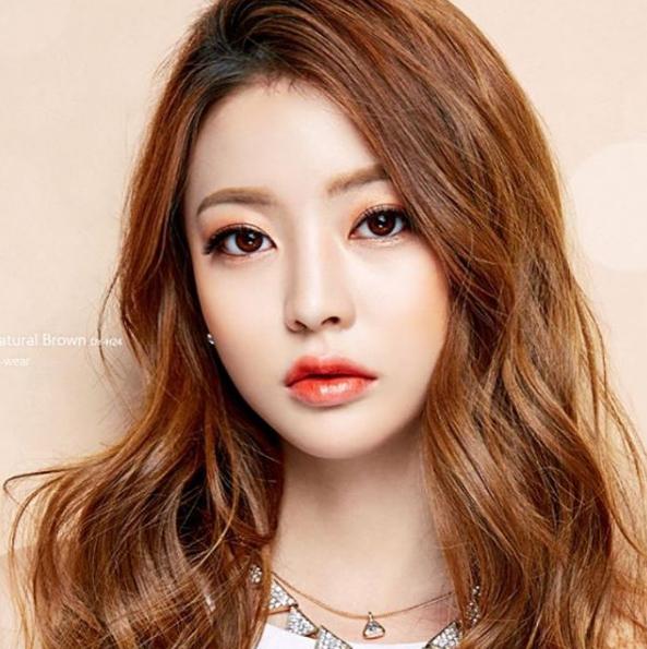 Sinh năm 1995, cô nàng Lim Bora gây được thiện cảm với cư dân mạng nhờ gương mặt xinh xắn đáng yêu và phong cách thời trang đơn giản, gần gũi nhưng đẹp mắt.