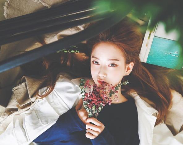 Nhờ vào cách phối đồ dễ hiểu kết hợp với hàng loạt phụ kiện cá tính và lối trang điểm quyến rũ long lanh, cô nàng được đông đảo bạn trẻ Hàn Quốc học hỏi.