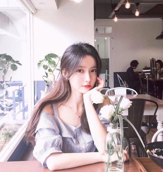 Khác với những ulzzang thường xuyên thay đổi kiểu tóc, trang phục hay cách ăn mặc để tạo sự thu hút, cô nàng Kim Na Hee lại trung thành với phong cách cổ điển và vẻ dễ thương kẹo ngọt, cô nàng cũng kiên trì không cắt mái tóc dài của mình và dự định sẽ không thay đổi trong thời gian sắp tới.